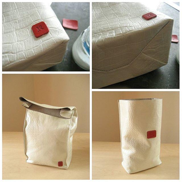 紙袋のような革袋Sack特別制作品 ホワイトクロコ型押し×ピアノレッドのレザータグ イニシャル入り マグネなし#favorpoco #aging #aginglabo #sack #紙袋のような革袋 #leather #leatherbag