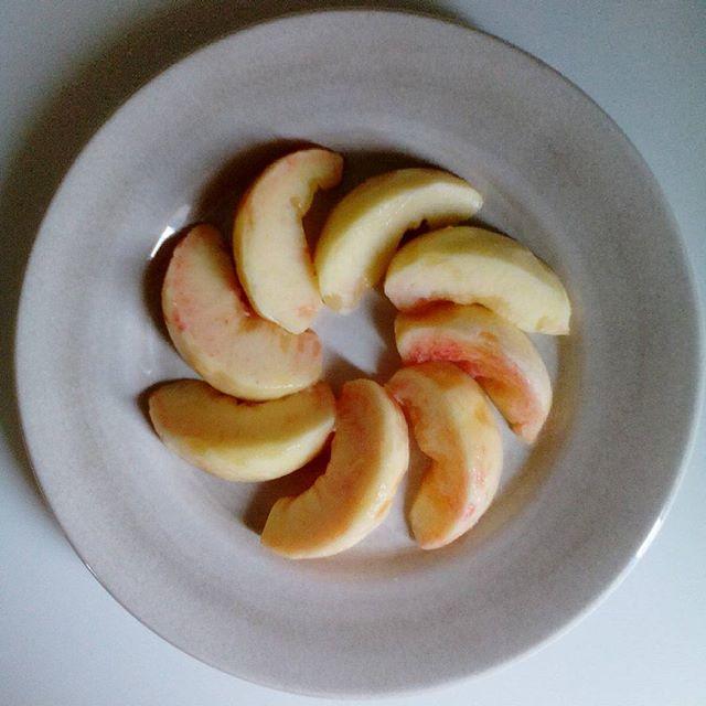 果物屋さんの動画通りに切ってみました。言いなり生活は続く。。#桃 #peach #しのおかの桃