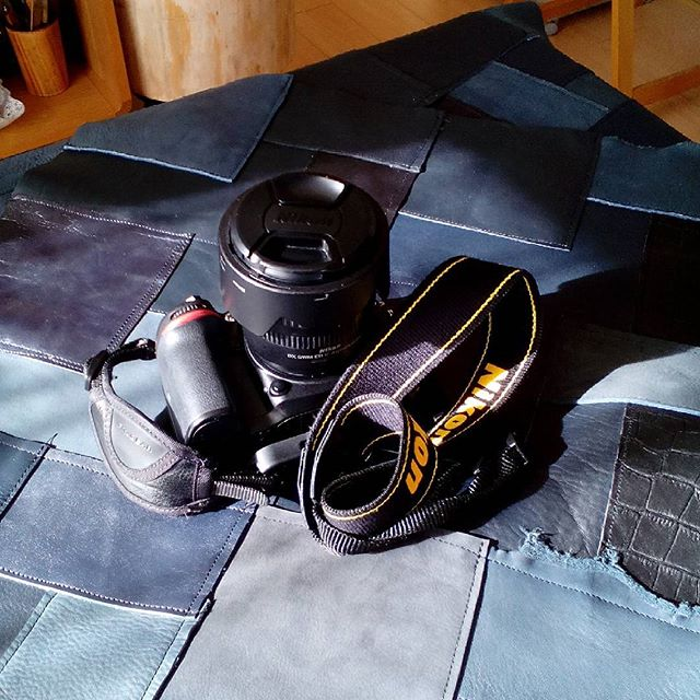 今日は朝から取材を受けました。画像はライターさんのカメラ。リュック型のカメラケース、すごく便利そうだったなぁ。#camera #nikon