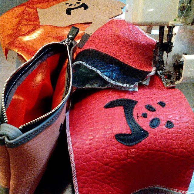 レザーにロックミシンするのは初。サテンとあわせて、化粧裁ちを兼ねた研究です。#panda #パンダ #pouch #leather #ロックミシン