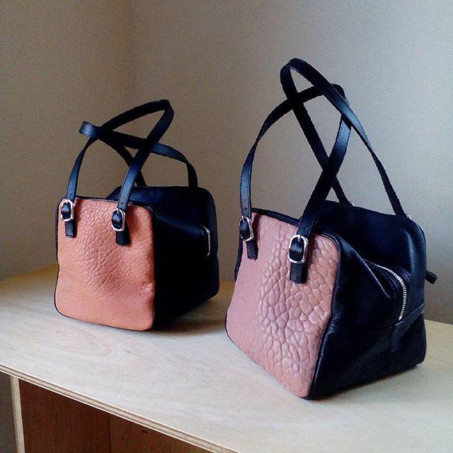 コロンとかわいいデュ・カリテCUBE。どこかを見つめるような表情。#favorpoco #aging #aginglabo #agingjapan #leather #leatherbags #leatherbag #bag #sholderbag #kip #leathercraft #atelier #workspace #leatherwork #leatherworks #fashion #design #designer #エイジング #フェイバーポコ #革 #革小物 #バッグ #ショルダーバッグ #デュカリテCUBE #デュカリテlong #デュカリテ