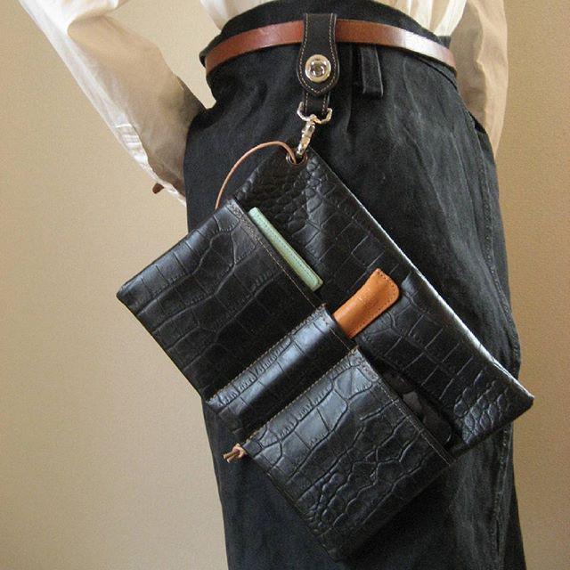バッグの中を仕分けしたり、そのままクラッチとしてもお使いいただけるシンプルな革のポケット。サイズ展開は二種類「POCOポケット+」とサイズがひとまわり小さい「POCOポケット」。リングを大きくしたので、コネクトホルダーと直接ジョイントして、ウエストポーチのようにもお使いいただけます。イベントや作業の時に、電話や名刺入れ、ペンやタブレットを身につけておくのにとっても便利!#pocopocket #POCOポケット #baginbag #pocket #バッグインバッグ #pouch #weistpouchiphone #weistpouch #leather #favorpoco #leatherbag #clutch #clutchbag #bag #バッグ #クラッチ #袋 #革 #レザー #トートバッグ #aging #aginginc #agingjapan #aginglabo #ポーチ #ポケット #ウエストポーチ #ステイショナリー #道具 #道具袋