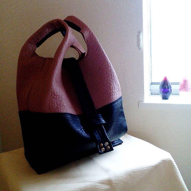 ペンデュラムLサイズ ひつじグレイッシュピンク#favorpoco #aging #aginglabo #agingjapan #leather #leatherbags #leatherbag #bag #sholderbag #kip #leathercraft #atelier #workspace #leatherwork #leatherworks #fashion #design #designer #エイジング #フェイバーポコ #革 #革小物 #バッグ #ショルダーバッグ #買物袋 #ペンデュラム #pendulum #レジ袋 #革のレジ袋