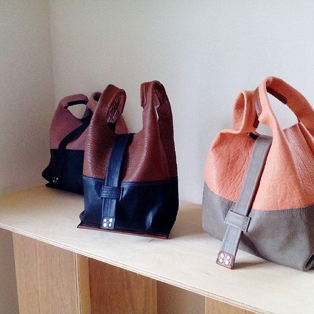 ペンデュラムSサイズ ブラウン×ブラック #favorpoco #aging #aginglabo #agingjapan #leather #leatherbags #leatherbag #bag #sholderbag #kip #leathercraft #atelier #workspace #leatherwork #leatherworks #fashion #design #designer #エイジング #フェイバーポコ #革 #革小物 #バッグ #ショルダーバッグ #買物袋 #ペンデュラム #pendulum #レジ袋 #革のレジ袋 #teardrop