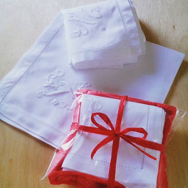 手刺繍のイニシャルが入ったハンカチもギフトにお選びいただいております。ラッピングしたものは、20歳を迎えるお嬢様へのプレゼントとのこと。大切な節目にありがとうございます。#aging #favorpoco #hankerchief #iniciales #手刺繍イニシャルハンカチ #ハンカチ #イニシャル #刺繍 #ホワイト #プレゼント #ギフト #gift #present #白いハンカチ
