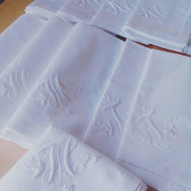 #手刺繍イニシャルハンカチ を準備中。名古屋のセアンにて長らくお取り扱いいただいております。明日追加分をお送りしますが、東海地方の雨、心配です。どうぞお気をつけてお過ごしください。#hankerchief #hankerchiefs #inicial #ハンカチ #wedding #手刺繍 #刺繍 #イニシャル #favorpoco #seant #セアン #aging #エイジング