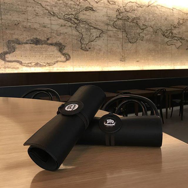 くるくるメニュー・オイルヌメ黒 の画像をいただきました。丸窓の中にはお店側でデザインなさったものを収納しています。素敵なビストロ。行ってみたいな。#aging #aginginc #aginglabo #leather #menubook #menu #wine #dish #restaurant #hotel #bistro #roll #craft #design #designer #japan #tokyo #メニューブック #革 #レザー #エイジング #くるくる巻く革のメニューブック #レストラン #革工芸 #レザー #レザークラフト #leathercraft #craft #design #designer #designs