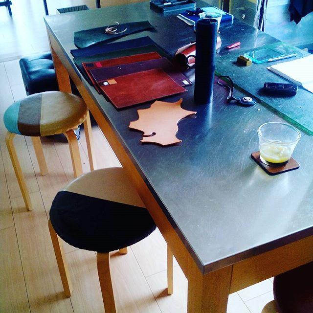 レストラン開業に関わる方は大忙しですね。朝一に九州からのお客様。アトリエでの商談が増えています。#aging #aginginc #aginglabo #leather #menubook #menu #wine #dish #restaurant #hotel #bistro #roll #craft #design #designer #japan #tokyo #メニューブック #革 #レザー #エイジング #くるくる巻く革のメニューブック #レストラン #革工芸 #レザー #レザークラフト #leathercraft #craft #design #designer #designs #焼き印