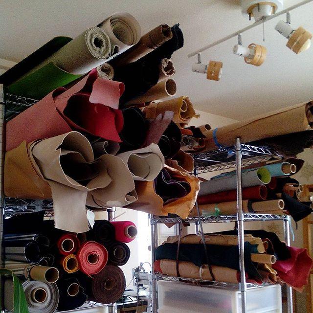 引っ越しかと思うくらいの大移動中。革が棚から落ちるので、革の棚ベルトを作りました。三角になるように通します。#aging #aginginc #aginglabo #leather #menubook #menu #dish #restaurant #atelier #workspace #roll #craft #design #designer #japan #tokyo #メニューブック #革 #レザー #エイジング #くるくる巻く革のメニューブック #レストラン #革工芸 #レザー #レザークラフト #leathercraft #craft #design #designer #designs #レイアウト変更 #studio #スタジオ