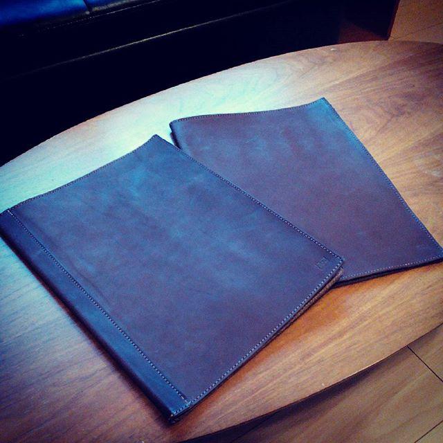 A3用メニューブック。一枚革と背表紙タイプです。メニューピンを中央に止めます。#aging #aginginc #aginglabo #leather #menubook #menu #wine #dish #restaurant #hotel #bistro #roll #craft #design #designer #japan #tokyo #メニューブック #革 #レザー #エイジング #くるくる巻く革のメニューブック #レストラン #革工芸 #レザー #レザークラフト #leathercraft #craft #design #designer #designs #atelier