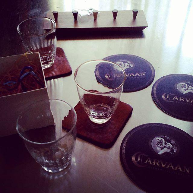先日のコースターに似合いそうな、北海道の拭きガラスをひとつプレゼントしていただく。これで3つ揃いました。キーホルダーフックも旭川家具だそうです。#aging #aginginc #aginglabo #leather #menubook #menu #wine #dish #restaurant #hotel #bistro #roll #craft #design #designer #japan #tokyo #メニューブック #革 #レザー #エイジング #コースター #レストラン #革工芸 #レザー #レザークラフト #leathercraft #craft #design #designer #designs #atelier #拭きガラス