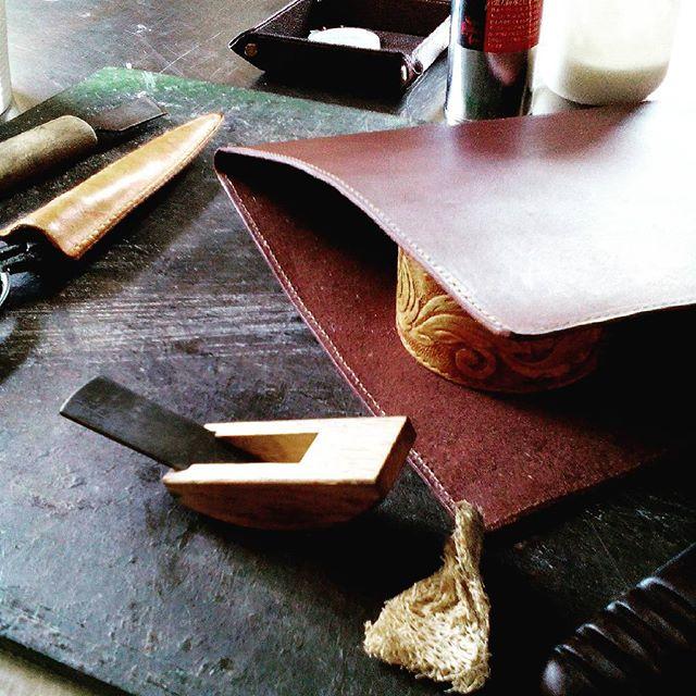 革用の豆カンナを使用。いわゆる面取りです。このあとコバ磨き。ヘチマがあれば磨くだけで角は結構削ってくれますし、張り合わせ部分は紙やすりが有効。木工作と似ていますね。#aging #aginglabo #leather #menubook #menu #wine #restaurant #hotel #bistro #roll #craft #design #designer #japan #tokyo #メニューブック #革 #レザー #エイジング #くるくる巻く革のメニューブック #レストラン #革工芸 #レザー #レザークラフト #leathercraft #craft #design #designer #designs #atelier #豆カンナ