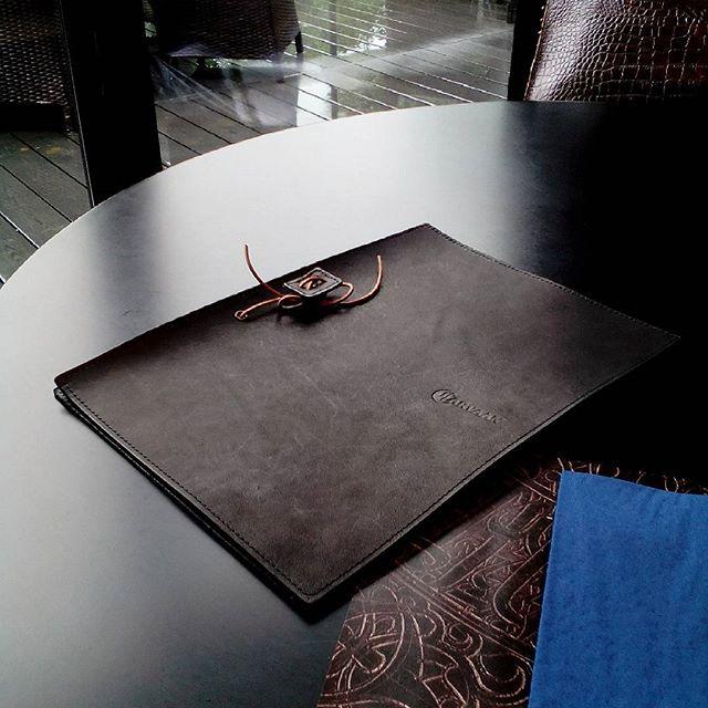 A4見開きメニューブック アースレザーブラック#カールバーン #carvaan #fareast #leather #menubook #menu #wine #dish #restaurant #hotel #bistro #roll #craft #design #designer #japan #tokyo #メニューブック #革 #レザー #エイジング #くるくる巻く革のメニューブック #レストラン #革工芸 #レザー #レザークラフト #leathercraft #craft #design #designer #designs #焼き印