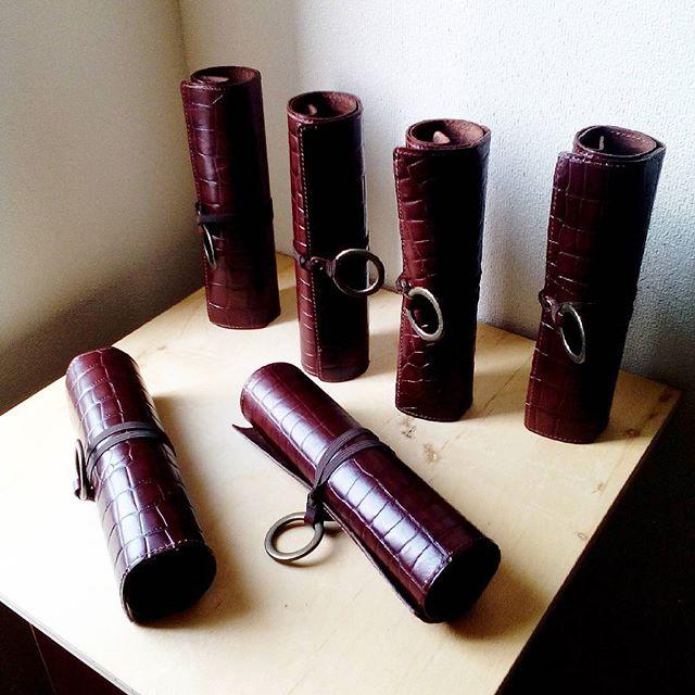 本日出発するくるくるメニューです。いざ京都へ。お待たせいたしました!#leather #menubook #menu #wine #dish #restaurant #hotel #bistro #roll #craft #design #designer #japan #tokyo #メニューブック #革 #レザー #エイジング #くるくる巻く革のメニューブック #レストラン #革工芸 #レザー #レザークラフト #leathercraft #craft #design #designer #designs #焼き印