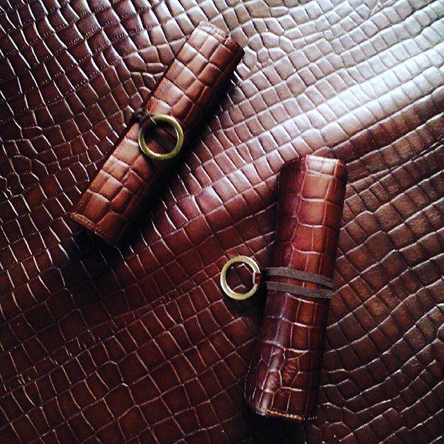 くるくるメニュー・クロコダイル型押しブラウン。第二弾、お待たせいたしました!#leather #menubook #menu #wine #dish #restaurant #hotel #bistro #roll #craft #design #designer #japan #tokyo #メニューブック #革 #レザー #エイジング #くるくる巻く革のメニューブック #レストラン #革工芸 #レザー #レザークラフト #leathercraft #craft #design #designer #designs #焼き印