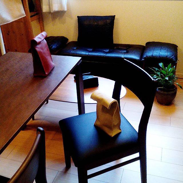 打ち合わせ用の椅子に簡易的な丸椅子を使っていて、職人達に評判が悪かったため、背もたれのある椅子を注文。本日到着しました。2脚だけなんですけど、いらした際はどうぞご利用くださいませ。 #leather #menubook #menu #wine #dish #restaurant #hotel #bistro #roll #craft #design #designer #japan #tokyo #メニューブック #革 #レザー #エイジング #レストラン #革工芸 #レザー #レザークラフト #leathercraft #craft #design #designer #designs #焼印 #leatherbag