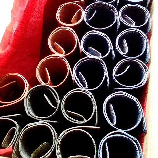 箱詰め中のくるくるメニュー#leather #menubook #menu #wine #dish #restaurant #hotel #bistro #roll #craft #design #designer #japan #tokyo #メニューブック #革 #レザー #エイジング #くるくる巻く革のメニューブック #レストラン #革工芸 #レザー #レザークラフト #leathercraft #craft #design #designer #designs  #blue #ブルー