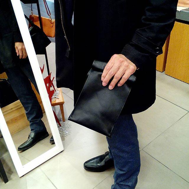 Sackは男性に人気がありました。きょうのお客様は男女ペアでおもちになるとのこと。またご感想をお知らせいただきたいです。#favorpoco #aging #aginglabo #leather #leatherbags #leatherbag #bag #sholderbag #leathercraft #atelier #leatherwork #leatherworks #fashion #design #designer #エイジング #革 #革小物 #バッグ #ショルダーバッグ #exhivition #popupshop #leathergoods #present #エキュート東京 #イキスイ