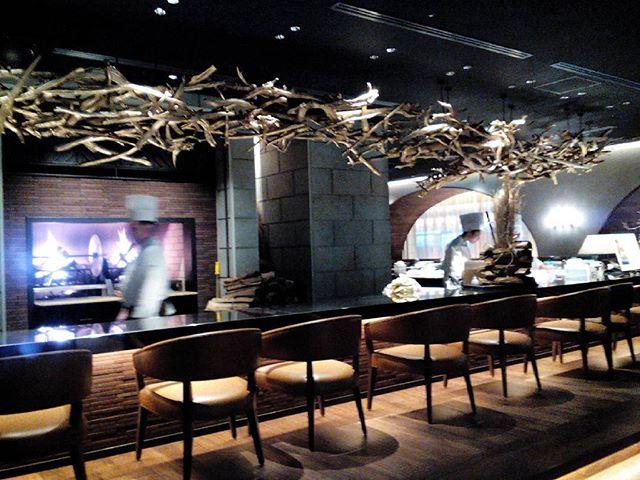 2017年12月1日、浅草ビューホテルのレストラン薪火がオープン!11月にはラウンジが新しくなり、今月からレストランとベーカリーがオープンして新しい空間が広がっています。画像はオープン前日のもの。メニューブックもぜひチェックしてくださいね。 #leather #menubook #menu #wine #dish #restaurant #hotel #bistro #roll #craft #design #designer #japan #tokyo #メニューブック #革 #レザー #エイジング #くるくる巻く革のメニューブック #レストラン #革工芸 #レザー #レザークラフト #leathercraft #craft #design #designer #designs #焼き印