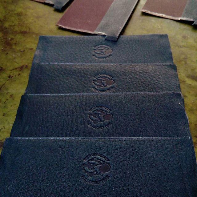 革の名刺入れ。製品になってから焼印するのがとても難しいため、生産中にロゴの焼き印を押すことに。革に念引きしたあとです。明治大学アイスホッケー部のマーク。卒業の季節ですね。#favorpoco #aging #aginglabo #leather #leathercraft #craf #bag #leathercraft #leatherwork #leatherworks #fashion #design #designer #名刺入れ #フェイバーポコ #革 #革小物 #バッグ #財布 #cardcase #革の名刺入れ #card #レザー #レザークラフト #文具 #文房具 #stationery