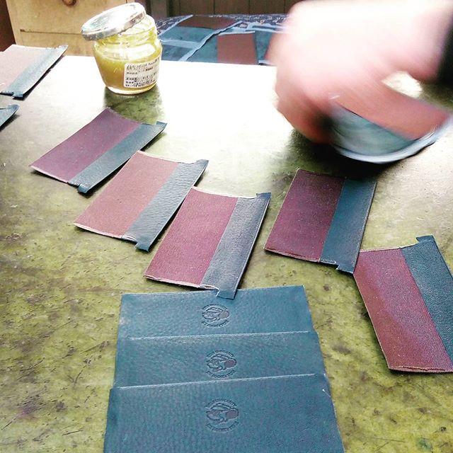 革の名刺入れ。内ポケット部分を接着するため2ミリ幅に均一にゴムのりを塗布。時間をかけず何秒単位で作業を終わらせる。裁断や革漉き等工程が多い小物は、少量生産では非常に効率が悪く、単価に跳ねかえる為、同じ色の革、革質という条件下での量産が必要です。#favorpoco #aging #aginglabo #leather #leathercraft #craf #bag #leathercraft #leatherwork #leatherworks #fashion #design #designer #名刺入れ #フェイバーポコ #革 #革小物 #バッグ #財布 #cardcase #革の名刺入れ #card #レザー #レザークラフト #文具 #文房具 #stationery 10:15