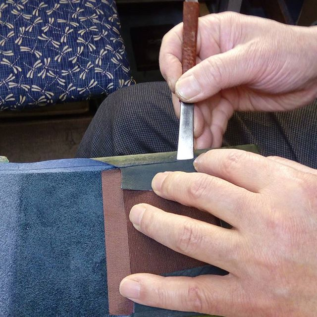 革の名刺入れ。左右の一部分をヘリ返しします。#favorpoco #aging #aginglabo #leather #leathercraft #craf #bag #leathercraft #leatherwork #leatherworks #fashion #design #designer #名刺入れ #フェイバーポコ #革 #革小物 #バッグ #財布 #cardcase #革の名刺入れ #card #レザー #レザークラフト #文具 #文房具 #stationery 15:22