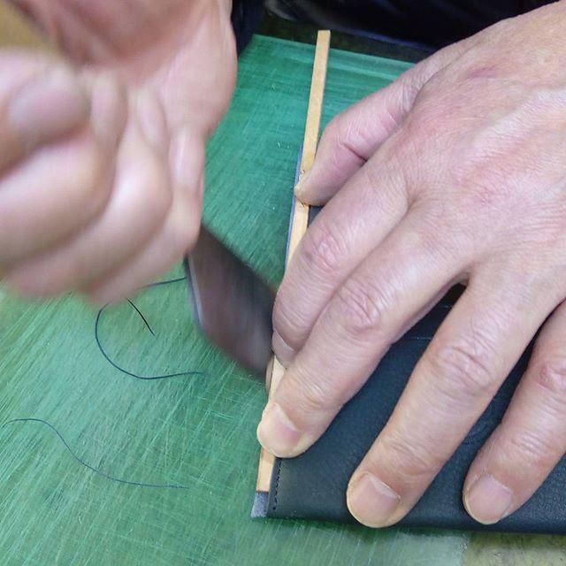 革の名刺入れ。ヘリ返しの革が綺麗になるように、五ミリ幅の手作りゲージを置いて包丁で裁断して整えます。天然の革は、加工中に伸びた部分が出まので、仕上げの影響を防ぎます。#favorpoco #aging #aginglabo #leather #leathercraft #craf #bag #leathercraft #leatherwork #leatherworks #fashion #design #designer #名刺入れ #ミシン #革 #革小物 #バッグ #財布 #cardcase #革の名刺入れ #card #レザー #レザークラフト #文具 #文房具 #stationery 15:27
