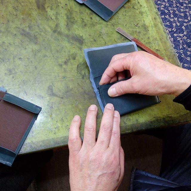 革の名刺入れ。ゴムのりを塗布して、いよいよこちらも接着。歪まないようにピシッと揃えます。#favorpoco #aging #aginglabo #leather #leathercraft #craf #bag #leathercraft #leatherwork #leatherworks #fashion #design #designer #名刺入れ #ミシン #革 #革小物 #バッグ #財布 #cardcase #革の名刺入れ #card #レザー #レザークラフト #文具 #文房具 #stationery 10:01