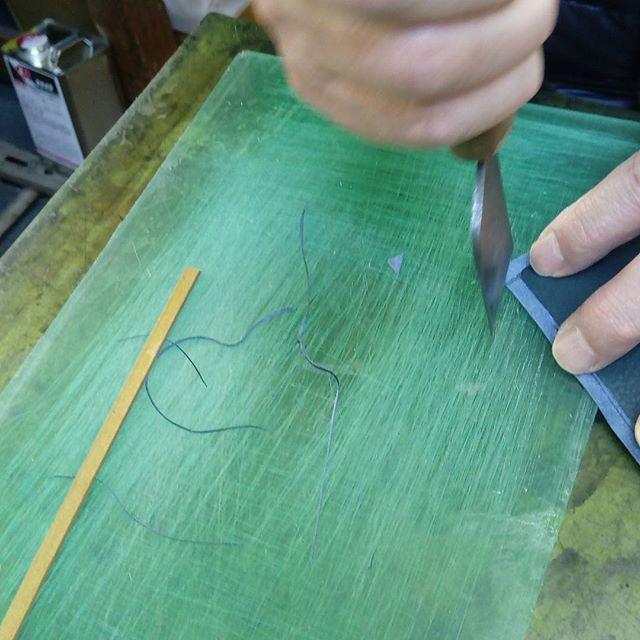 革の名刺入れ。ヘリ返しと角の菊寄せのために裁断していきます。1mm以下の切れ端ですね。#favorpoco #aging #aginglabo #leather #leathercraft #craf #bag #leathercraft #leatherwork #leatherworks #fashion #design #designer #名刺入れ #ミシン #革 #革小物 #バッグ #財布 #cardcase #革の名刺入れ #card #レザー #レザークラフト #文具 #文房具 #stationery 10:27