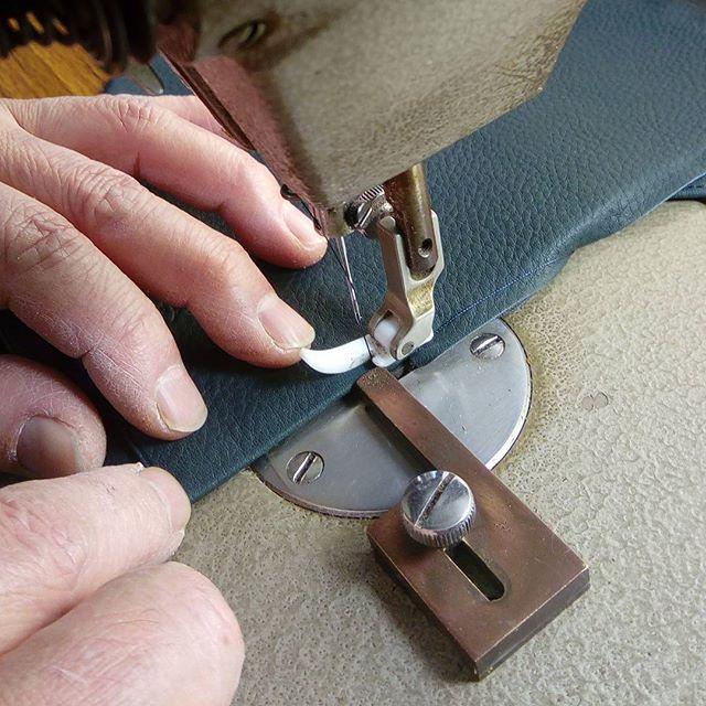 革の名刺入れ。ヘリ返したら縫製します。平ミシン。ミシンの開始と終わりは手ぐるましています。#favorpoco #aging #aginglabo #leather #leathercraft #craf #bag #leathercraft #leatherwork #leatherworks #fashion #design #designer #名刺入れ #ミシン #革 #革小物 #バッグ #財布 #cardcase #革の名刺入れ #card #レザー #レザークラフト #文具 #文房具 #stationery 17:24