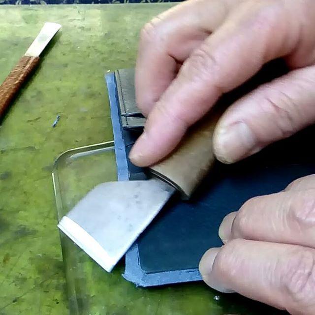 革の名刺入れ。ヘリ返しのために、革の下にガラス板を入れて、包丁で極薄にします。たまには動画にて。#favorpoco #aging #aginglabo #leather #leathercraft #craf #bag #leathercraft #leatherwork #leatherworks #fashion #design #designer #名刺入れ #ミシン #革 #革小物 #バッグ #財布 #cardcase #革の名刺入れ #card #レザー #レザークラフト #文具 #文房具 #stationery 13:09