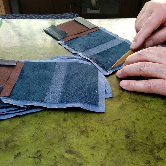 革の名刺入れ。ミシンの後、5ミリ幅に均一にゴムのりを塗布。美しく仕上げるには大切な工程です。竹ベラにする良い竹が最近は手に入りません。#favorpoco #aging #aginglabo #leather #leathercraft #craf #bag #leathercraft #leatherwork #leatherworks #fashion #design #designer #名刺入れ #ミシン #革 #革小物 #バッグ #財布 #cardcase #革の名刺入れ #card #レザー #レザークラフト #文具 #文房具 #stationery 17:24