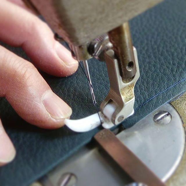 革の名刺入れ。ミシン調整も仕事の一つ。糸飛びの応急処置で、ミシン糸を針に1回余分に巻きつけます。#favorpoco #aging #aginglabo #leather #leathercraft #craf #bag #leathercraft #leatherwork #leatherworks #fashion #design #designer #名刺入れ #ミシン #革 #革小物 #バッグ #財布 #cardcase #革の名刺入れ #card #レザー #レザークラフト #文具 #文房具 #stationery 15:11