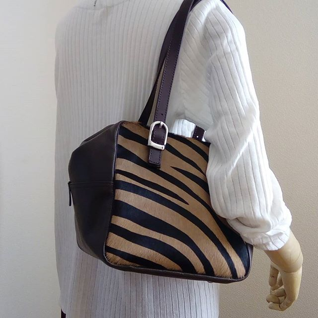 @favorpoco のデュ・カリテCUBE ベビーカーフの毛付き革ゼブラ柄。ストアで販売スタート!#favorpoco #aging #aginglabo #agingjapan #leather #leatherbags #leatherbag #bag #sholderbag #kip #leathercraft #atelier #workspace #leatherwork #leatherworks #fashion #design #designer #フェイバーポコ #革 #革小物 #バッグ #ショルダーバッグ #デュカリテCUBE #デュカリテlong #カモフラ 4:50
