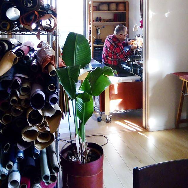 今回のメニューブック担当者が縫製中。#menubook #menu #restaurant #bar #wine #leathercraft #leather #aging #hotel #desighner #desighn #cafe #bistro #food #dish #interior #メニューブック #メニュー #レストラン #ラウンジ #ホテル #店舗設計 #店舗デザイン #くるくるメニュー #デザイン #カフェ #スイーツ #ビストロ #ワイン 16:31 #leathermenubook