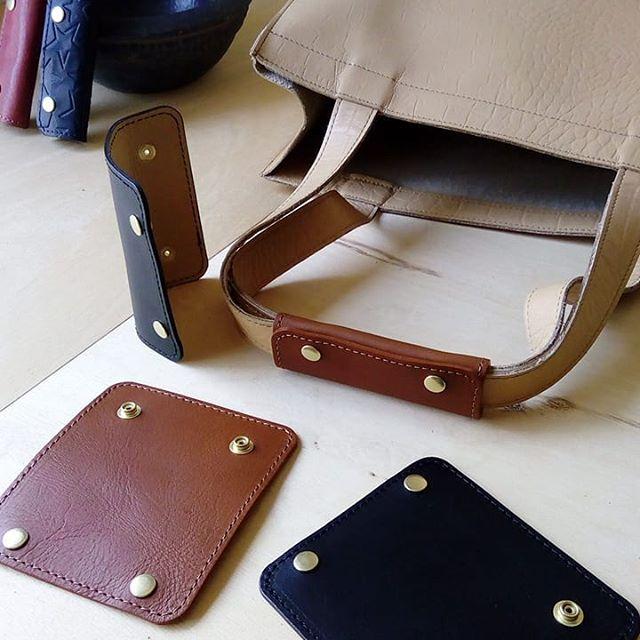 エイジングのフラット・ブリーフや帆布バッグ用にバッググリップを何パターンか制作。こちらは両面本革で仕立てたタイプです。2.5mm幅位のハンドルに最適。#favorpoco #aging #aginglabo #バッググリップ #leather #leatherbags #leatherbag #bag #sholderbag #ハンドルカバー #leathercraft #atelier #workspace #leatherwork #leatherworks #fashion #design #designer #エイジング #トートバッグ #革 #革小物 #バッグ #ショルダーバッグ #baghandle #popupshop #leathergoods #present 15:28