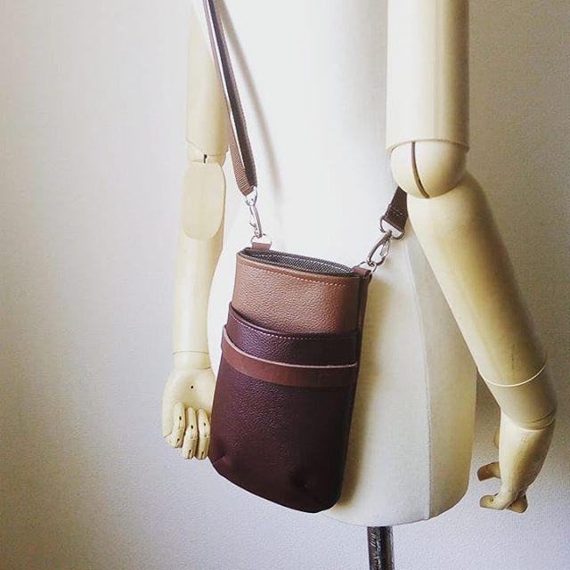 レストラン向けのハンディターミナルとダスター用ギャルソンポシェット。ユニフォームのため合皮と本革を合わせたテストです。#ユニフォーム #蝶ネクタイ #シザーケース #beautician #美容室 #美容師 #leather #leatherbag #toolcase #uniform #bag #aging #aging_inc #favorpoco #aging_labo #menubook #エイジング #革製品 #革小物 #革 #craft #leathercraft #レザー #バッグ #epron #エプロン #ベルト #design #desighner #店舗デザイン 14:50