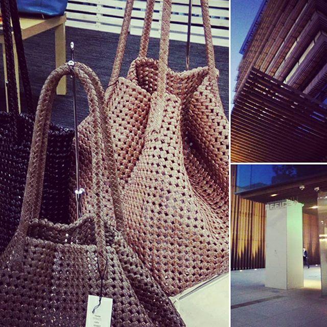 インドで8日間かけて編み上げる革のメッシュバッグの商談。Lサイズで10万円超えないのは、かなりリーズナブルだと思います。#商談 #exhibition #favorpoco #aging #aginglabo #agingjapan #leather #leatherbags #leatherbag #bag #sholderbag #kip #leathercraft #atelier #workspace #leatherwork #leatherworks #fashion #design #designer #エイジング #メッシュ #革 #革小物 #バッグ #ショルダーバッグ 11:55