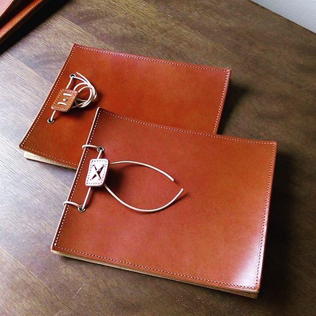 アニリン中茶のA5サイズ北海道・美瑛のペンション「トムテ ルム」様にお納めしました。小さいサイズは、たわみが少ないため、テーブルの端の壁に立てかけやすいですね。#menubook #menu #restaurant #bar #wine #leathercraft #leather #革 #hotel #desighner #desighn #cafe #bistro #food #dish #interior #メニューブック #メニュー #レストラン #ラウンジ #ホテル #店舗設計 #店舗デザイン #デザイン #カフェ #スイーツ #ビストロ #ワイン 12:36