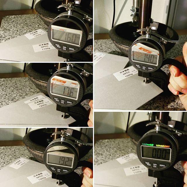 スペアで購入してあったシックネスゲージ。測量の正確性をたしかめるには、先日のチップボールが有効。板紙の厚みは、1.44mm.1.60mmと0.16mm毎の刻みのため、それぞれ測ると、ほとんど正確でびっくり。この機械は安物なのにすごいー!しかし、1.44mmは何度確かめても1.40mm厚。まさかの紙の方をメーカーさんに一応確認しておこうか・・・という事態に。面白いなぁ#aging #aginginc #aginglabo #leather #menubook #menu #dish #restaurant #atelier #workspace #roll #craft #design #designer #japan #tokyo #メニューブック #革 #レザー #エイジング #シックネスゲージ #革工芸 #レザー #レザークラフト #leathercraft #craft #design #designer #designs #studio