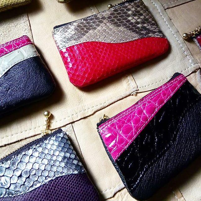 幅10cm程度の小さなポーチ。型押しではなく、すべてが本物です。クロコダイル(ワニ)、パイソン(蛇)、オーストリッチ(ダチョウ)をパッチワーク。コイン、イヤホンや印鑑、時計などどちょっとした物を収納するのにいかがですか。#クロコダイル #aging #aginglabo #leather #leatherbags #leatherbag #bag #sholderbag #leathercraft #atelier #leatherwork #leatherworks #fashion #design #designer #エイジング #革 #革小物 #バッグ #ショルダーバッグ #exhivition #popupshop #leathergoods #present