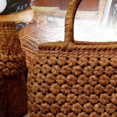 今週は商談が多い週。土砂降りの合間を縫って、中国で編む山葡萄のバッグをみたり、京都からレース物の会社を経営する方がいらしたり。ものづくりの間口は広いですね。夜は職人が納品にわざわざ来てくれました。ちなみにこのバッグ、手編みです。使ううちに焦げ茶にエイジングします。#bag #craft #山葡萄 #かご #手編み