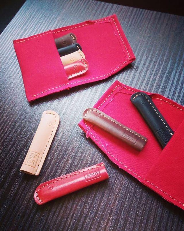 ステッチが丸い、旧式へのご要望がありましたので、ご対応させていただく。革のキャップはカワイイです。#favorpoco #aging #aginglabo #leather #leathercraft #craft #pencil #leathercraft #leatherwork #pen #menubook #design #designer #ミシン #革 #革小物 #バッグ #革のペン #cardcase #ペンケース #ボールペン #pencase #レザー #レザークラフト #文具 #文房具 #stationery 17:00 #lyra #エイジング