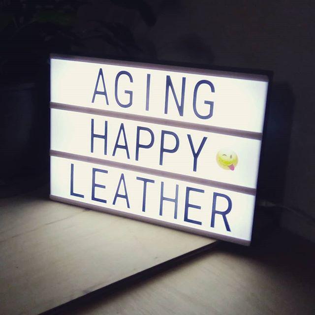 仕事で話を伺った自由が丘のアンティーク文房具さん(THINGS 'N' THANKS)で購入したライト。文字が入れ替え自由です。壁に設置。これはアンティークじゃなくて、新品。@things_and_thanks_shop#wallet #財布 #長財布 #ロングウォレット #wine #leathercraft #leather #革 #hotel #desighner #desighn #cafe #bistro #food #dish #interior #メニューブック #メニュー #レストラン #ラウンジ #ホテル #店舗設計 #店舗デザイン #デザイン #カフェ #スイーツ #ビストロ #ワイン 4:46