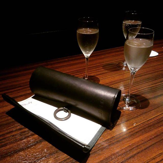 くるくるメニュー恵比寿BAR様にやってきました。アースレザー(栃木レザー)の黒です。1年経った姿を見に来ました。とても素敵なお店です(^^) #menubook #menu #restaurant #bar #wine #leathercraft #leather #革 #hotel #desighner #desighn #cafe #bistro #food #dish #interior #メニューブック #メニュー #レストラン #ラウンジ #ホテル #店舗設計 #店舗デザイン #デザイン #カフェ #スイーツ #ビストロ #ワイン